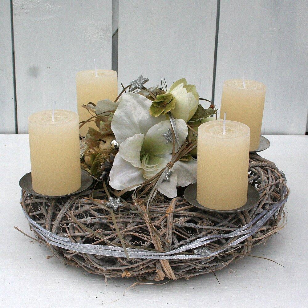 adventskranz mit amaryllis und creme kerzen